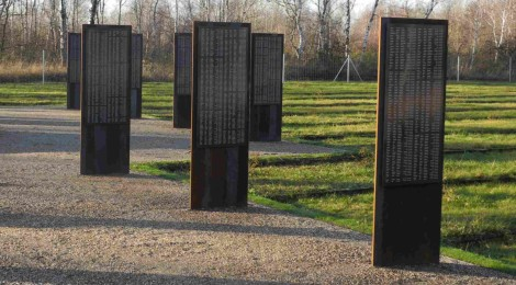 Stelen mit den Namen von 7683 Kriegsgefangenen auf dem Friedhof Jacobsthal,  Quelle: Gedenkstätte Zeithain