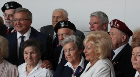 Gauck und Komorowski mit Veteranen des Warschauer Aufstands