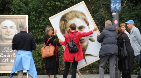Eine Gedenktafel für Wanda Jaskewitsch wird aufgestellt.