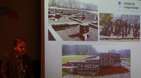Prof. Hürter mit Bildern aus der Gedenkstätte Chatyn