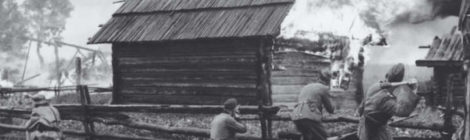 Bildnachweis: Russland 1942/43: Soldaten der deutschen Ordnungspolizei setzen mit Handgranaten ein Dorf in Brand. © Bundesarchiv, Bild 146-1993-025-03